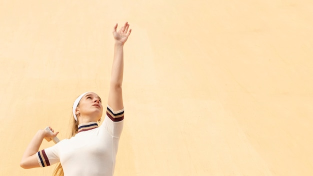 Młody żeński gracz w tenisa przy dopasowaniem