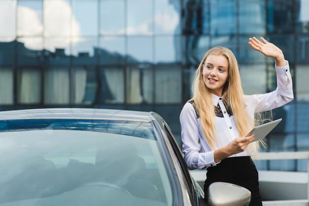 Młody żeński powitanie ktoś z ręką up