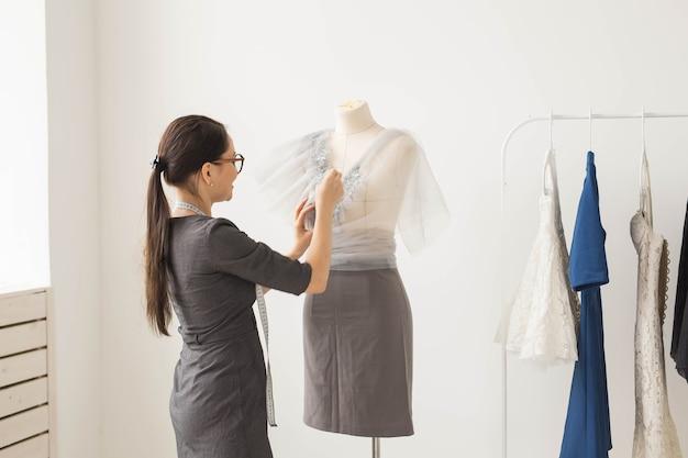 Młody żeński projektant mody pracuje