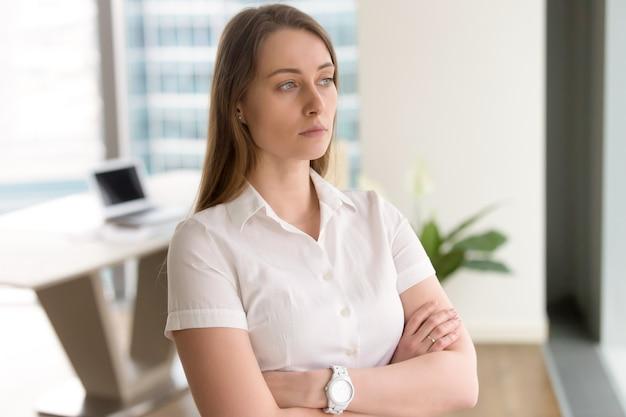 Młody żeński przedsiębiorca myśleć o rozwiązaniu