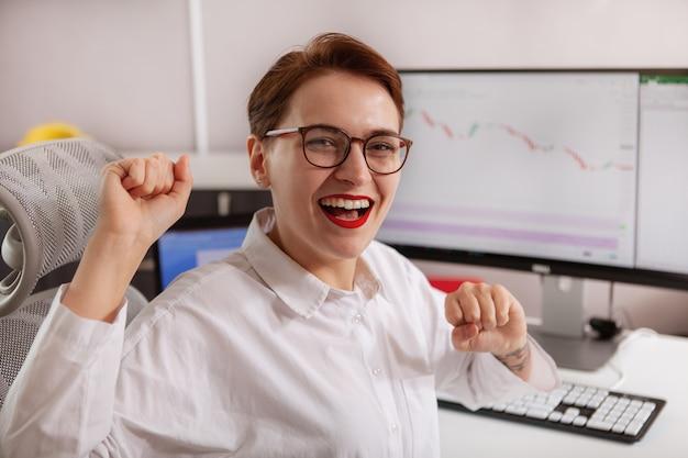 Młody żeński przedsiębiorca pracuje na jej komputerze