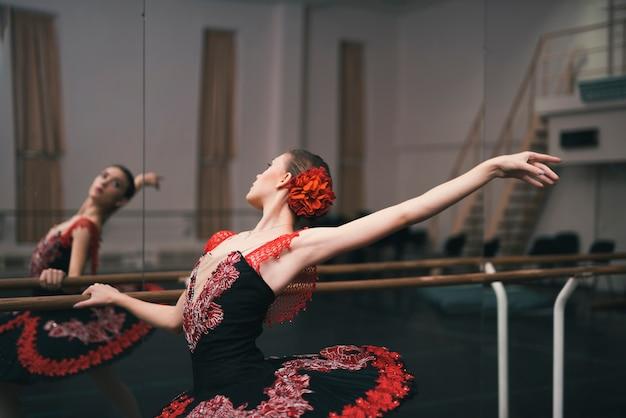 Młody żeński tancerz ćwiczy w tana studiu klasyczny balet
