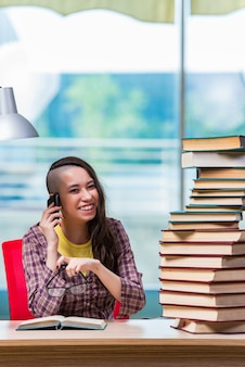 Młody żeński uczeń opowiada na telefonie komórkowym