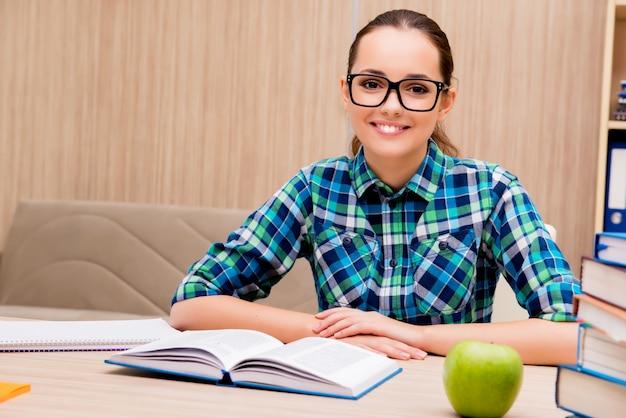 Młody żeński uczeń przygotowywa do egzaminów