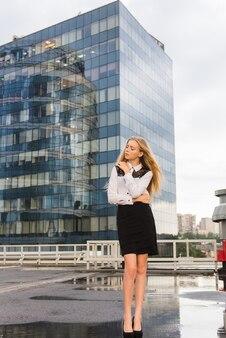 Młody żeński urzędnik pozuje przy parking