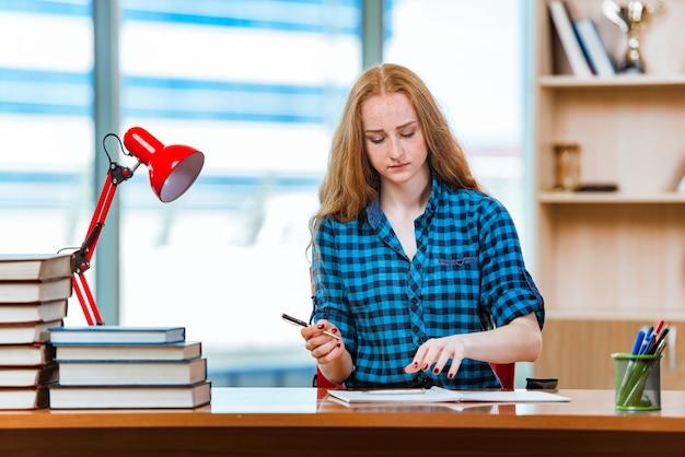 Młody żeńskiego ucznia narządzanie dla egzaminów
