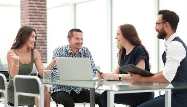 Młody zespół biznesowy omawia nowe pomysły na spotkaniu roboczym. koncepcja startupu