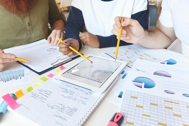 Młody zespół współpracowników pracujących nad projektem
