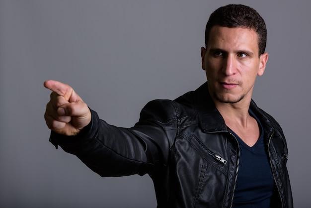 Młody zły muskularny mężczyzna perski, wskazując na odległość