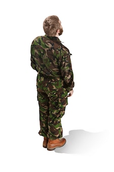 Młody żołnierz armii na sobie mundur kamuflażu