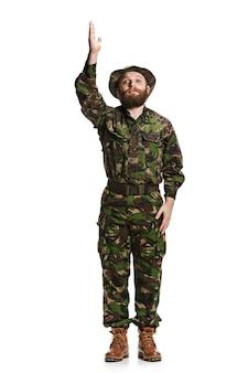 Młody żołnierz armii sobie mundur kamuflażu na białym tle