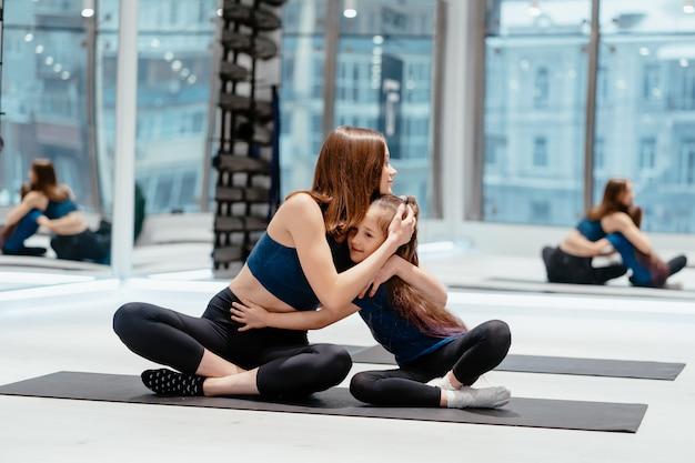 Młodych dorosłych matka i córka razem praktykujących jogę
