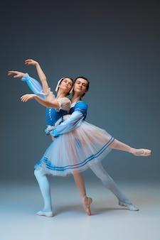 Młodych i pełnych wdzięku tancerzy baletowych jako postaci bajki kopciuszek na tle studio. sztuka, ruch, akcja, elastyczność, koncepcja inspiracji. elastyczni kaukascy tancerze baletowi w tańcu natchnionym.