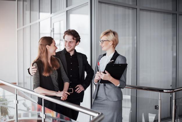 Młodych mężczyzn i kobiet współpracowników omawianie i planowanie produktywnego procesu pracy w biurze, uśmiechnięci studenci