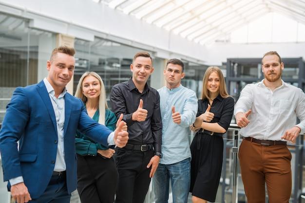Młodych pięknych ludzi, mężczyzn i kobiet w pracy z gestem rąk