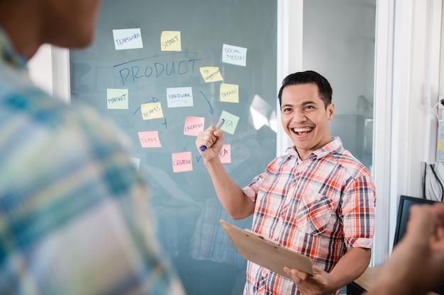 Młodych pracowników robi ręce zaciśnięte, aby świętować nowy cel z dokładną strategią pracy zespołowej
