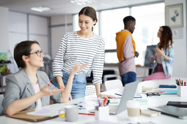 Młodych przedsiębiorców pracujących w biurze
