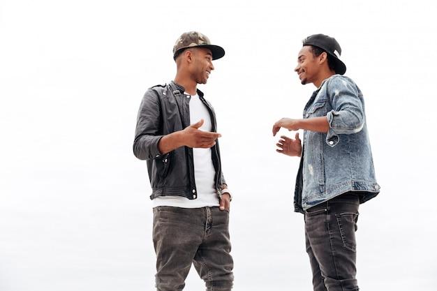 Młodzi afrykańscy mężczyzna przyjaciele chodzi outdoors.