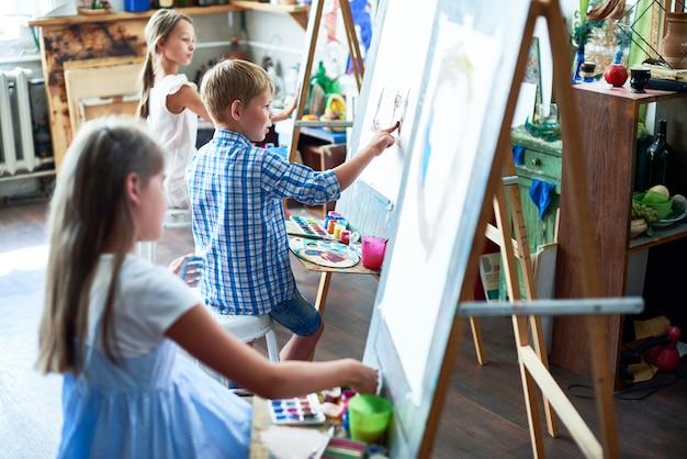 Młodzi artyści w klasie sztuki