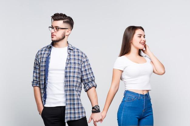 Młodzi atrakcyjni studenci trzymający się za ręce i patrzący w przyszłość