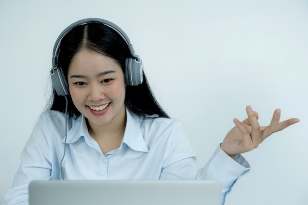 Młodzi azjatyccy nauczyciele uczą przez internet zabawy z domu, dystansując koncepcję nauczania podczas chorób wirusowych covid.
