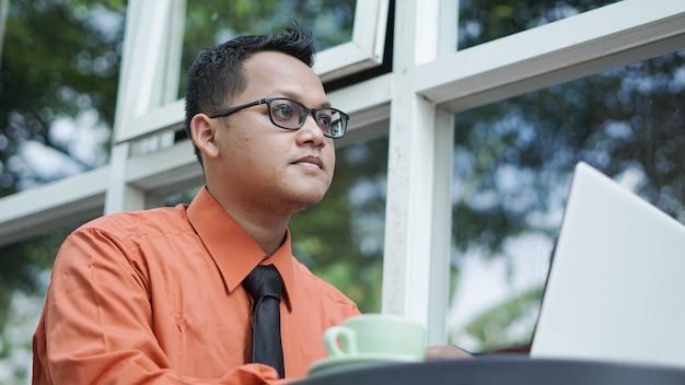 Młodzi azjatyccy przedsiębiorcy patrząc na laptopa