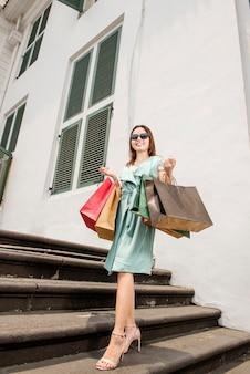 Młodzi azjatykci luksusowi kobiety przewożenia torba na zakupy