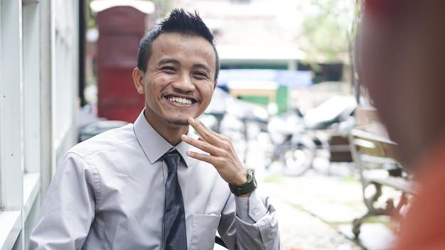 Młodzi biznesmeni azjatyccy dyskusji na zewnątrz