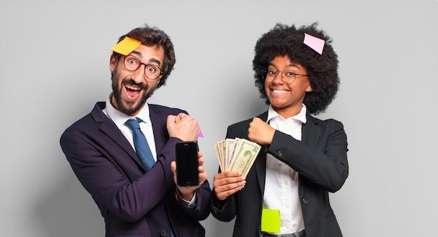 Młodzi biznesmeni czują się szczęśliwi, pozytywni i odnoszą sukcesy, zmotywowani w obliczu wyzwania