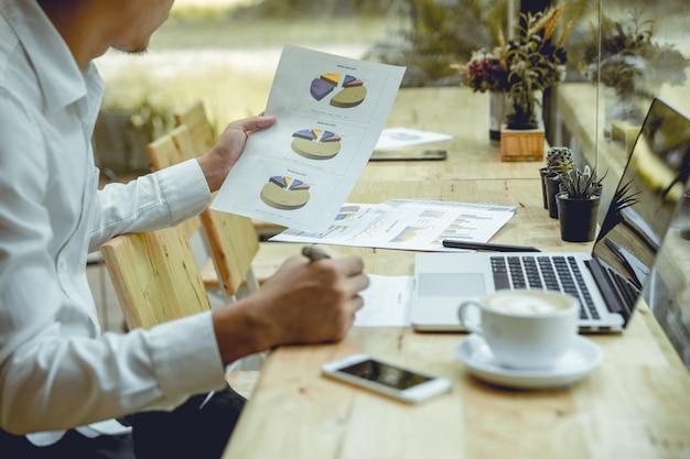 Młodzi biznesmeni czytają doroczny dokument.