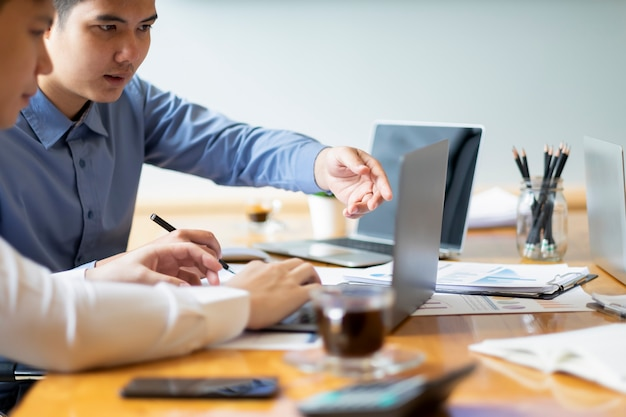 Młodzi biznesmeni startupów pracy zespołowej burza mózgów