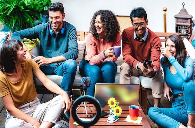Młodzi blogerzy podróżniczy bawią się na platformie streamingowej z kamerą internetową