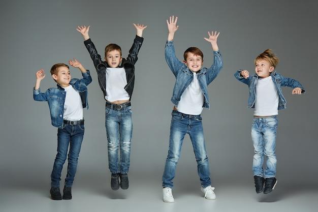 Młodzi chłopcy skaczą