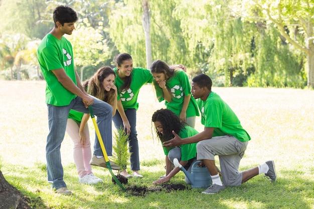 Młodzi ekolodzy w parku