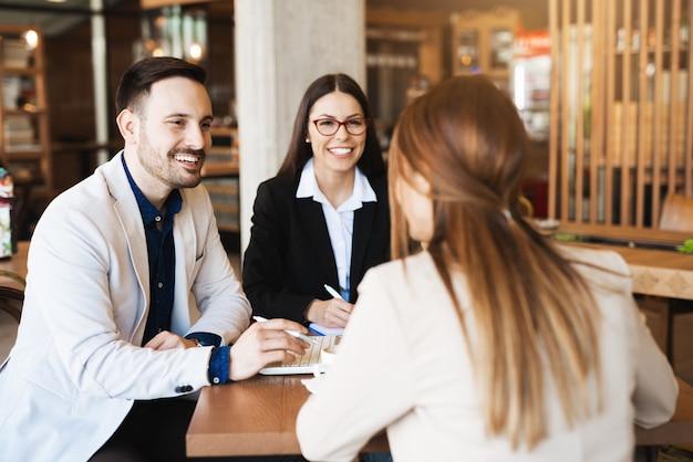 Młodzi ekonomiści omawiają przyszłe plany i nowe pomysły w kawiarni