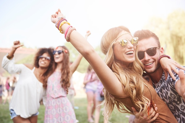 Młodzi i radośni ludzie dobrze się bawią