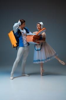 Młodzi i wdzięczni tancerze baletowi jako postacie z bajki kopciuszka