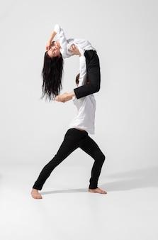 Młodzi i wdzięku tancerze baletowi w minimalistycznym stylu czarno na białym