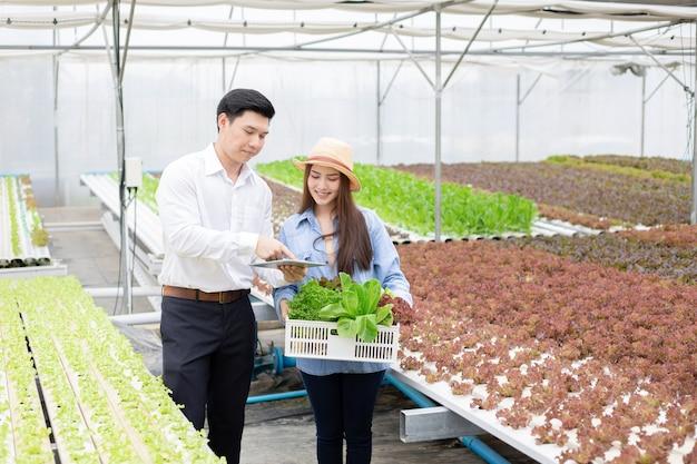 Młodzi inspektorzy sprawdzający jakość warzyw