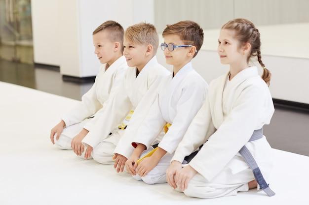 Młodzi judoiści wykonujący judo