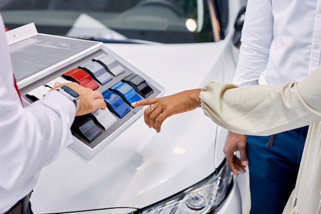 Młodzi klienci z afryki wybierają kolor auta w salonie