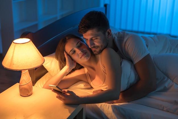 Młodzi kochankowie dzwonią do sypialni. pora nocna