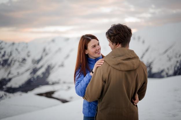 Młodzi kochankowie na zimę w górach