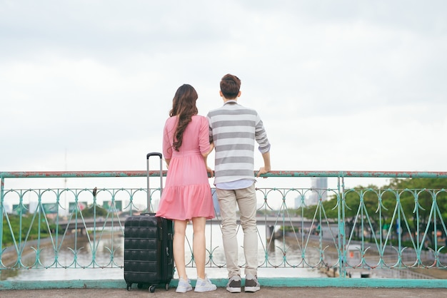 Młodzi kochankowie spacerujący po mieście na wakacjach, cieszący się wspólnymi podróżami na świeżym powietrzu.