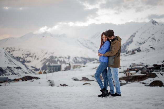 Młodzi kochankowie spędzają zimę w górach