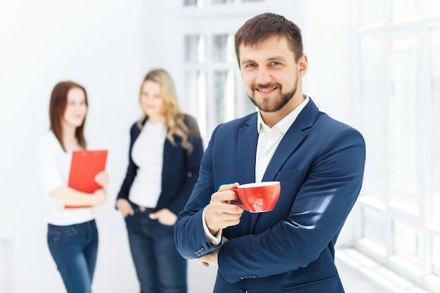 Młodzi koledzy ma kawową przerwę w biurze