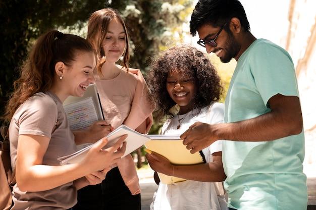 Młodzi koledzy studiujący razem do egzaminu na studia college