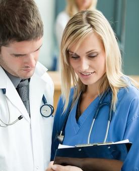 Młodzi lekarze czytając raport