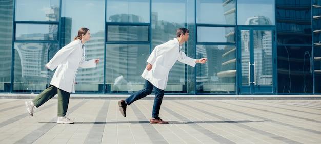 Młodzi lekarze spieszą się na wezwanie pomocy. pojęcie ochrony zdrowia.