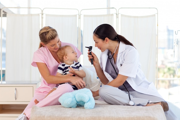 Młodzi lekarze zajmujący się dzieckiem